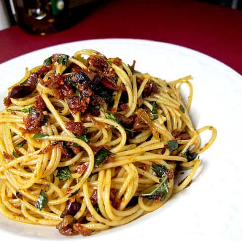 pasta with sun dried tomatoes and basil