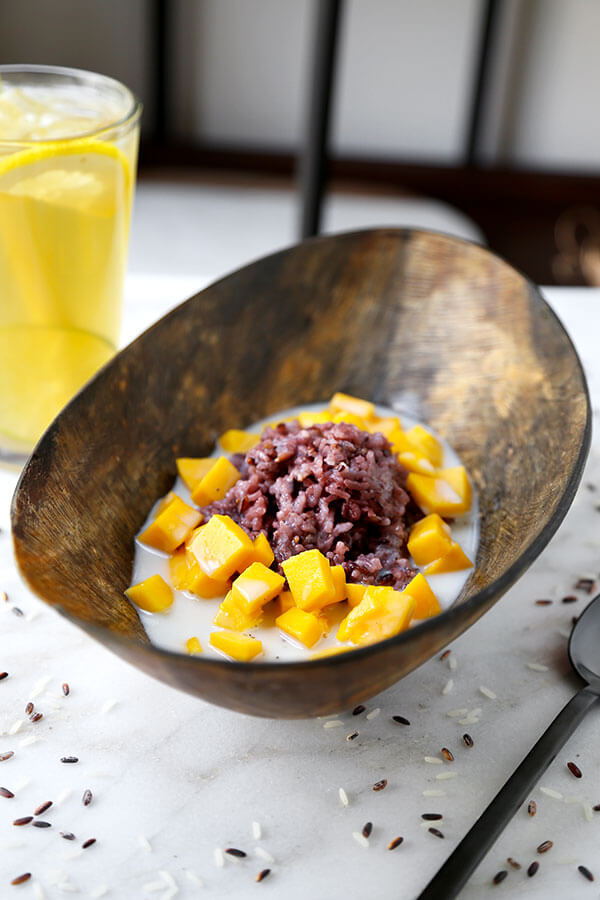 Mango Sticky Rice Recipe - A fruity, creamy Mango Sticky Rice Recipe that hails from the land of smiles. Warning: this classic Thai dessert may be addictive! Recipe, Thai, dessert, snack, rice, coconut, fruit | pickledplum.com