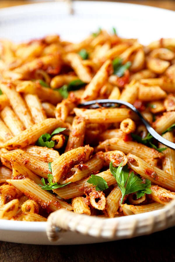 Penne With Sun Dried Tomato Pesto - A sweet and tangy penne with sun dried tomato pesto. Dinner for the whole is ready in less than 20 minutes! Recipe, pasta, healthy, penne, dinner, main | pickledplum.com
