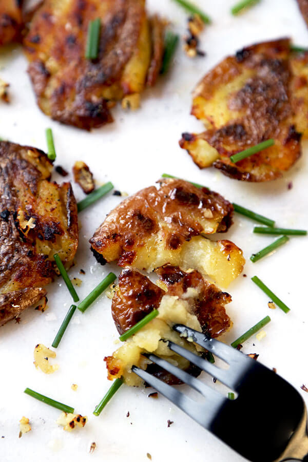 Smashed red potatoes with garlic and chives - A savory and super ...
