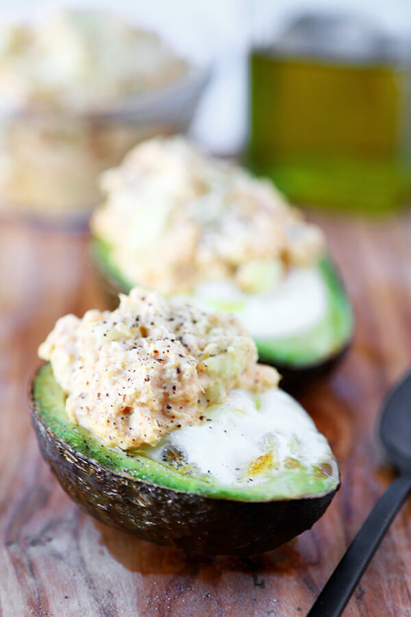 Baked avocado and egg with curried tuna salad - 20 minutes is all it takes to make this baked avocado and egg recipe. It's healthy, filling and delicious! Recipe, snack, gluten free, vegetables, healthy | pickledplum.com