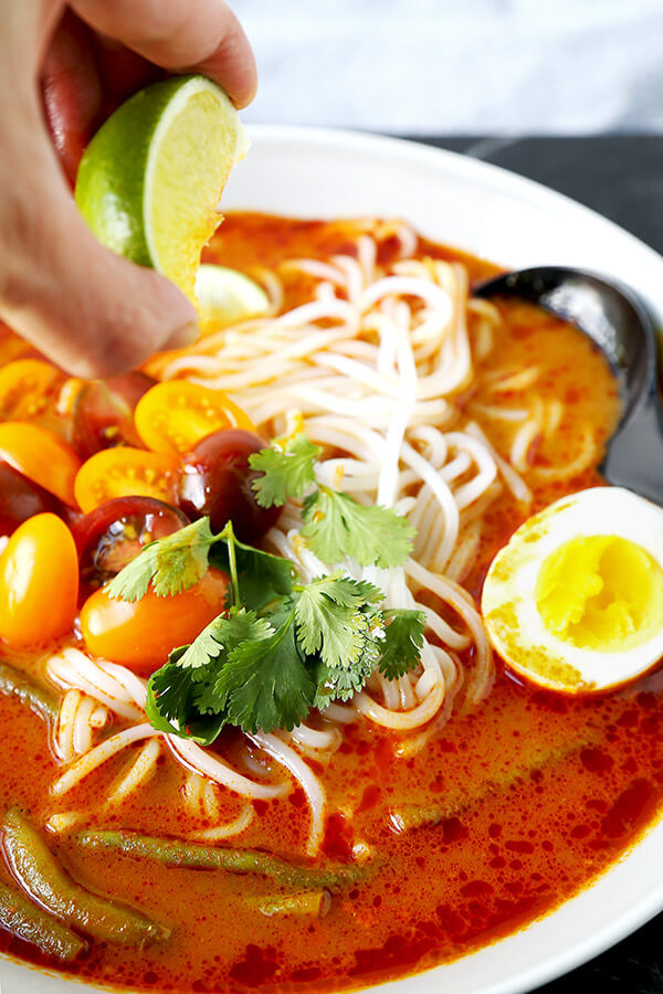 Vegetarian Laksa (Easy recipe!)- If you like spicy and pungent flavors, this vegetarian laksa recipe has your name on it - plus, you won't believe how easy it is to make! Only 10 minutes of prep time is required for a delicious bowl of noodles packed with Southeast Asian flavors. Recipe, Malaysian, Asian, soup, noodle soup | pickledplum.com