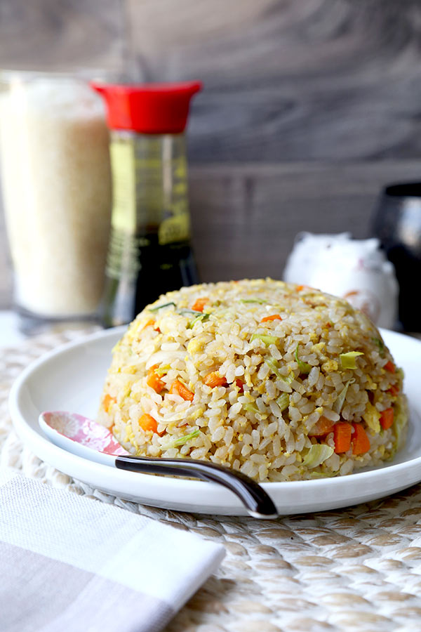 Japanese Fried Rice - No Teppanyaki grill top needed to whip up this simple and savory Japanese Fried Rice recipe. Easy to make and ready in 18 minutes from start to finish! fried rice recipes, easy rice dinner recipes, Japanese food, vegetable fried rice, Asian dinner recipes | pickledplum.com