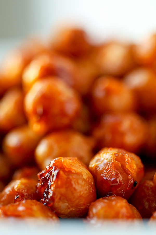 Honey Sriracha Roasted Chickpeas - Spicy sweet chickpeas make the perfect healthy mid afternoon or late night snack. They are also the perfect diet food since chickpeas reduce belly fat and direct it away from the waistline for a flatter stomach! healthy snack recipes, vegetarian snack recipe, homemade healthy snacks, roasted beans | pickledplum.com